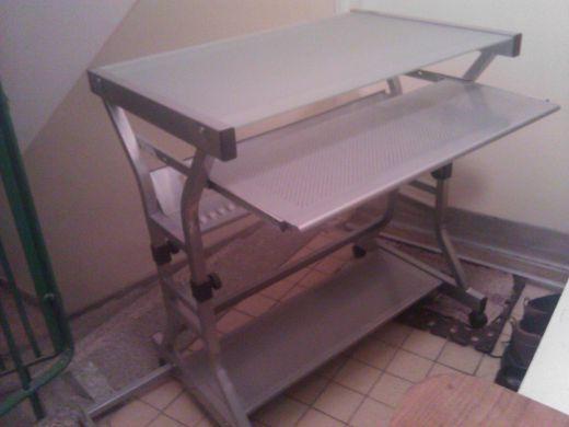 Kovový stolík na PC