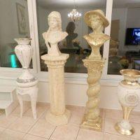 Sochy busty na vysokém podstavci a vázy